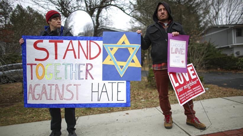 Antisemitismus: Nahe des Tatortes demonstrieren Menschen gegen Antisemitismus.