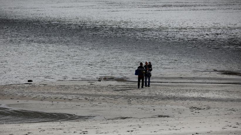 Migration: Menschen stehen auf einer Sandbank am Donau-Ufer in Serbien. Beim Versuch, den Fluss Richtung Kroatien zu überqueren, kamen mehrere Menschen ums Leben
