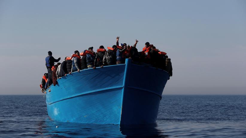 UNO-Flüchtlingshilfe: Geflüchtete kurz vor der Rettung durch die Migrant Offshore Aid Station (MOAS), eine regierungsunabhängige, maltesische Organisation, im April 2017
