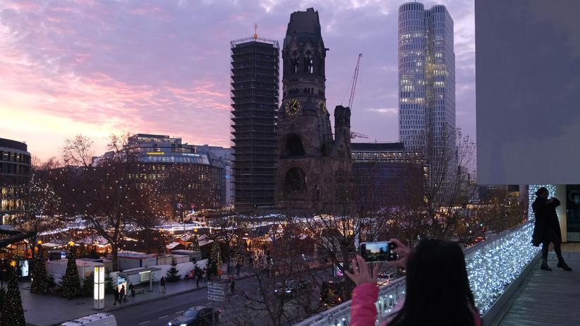 Anschlag am Breitscheidplatz: Blick auf den Weihnachtsmarkt am Berliner Breitscheidplatz im Dezember 2019