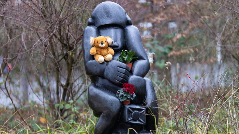 Brand im Krefelder Zoo: Mit Blumen und Plüschtieren wird an die Affen gedacht, die in der Neujahrsnacht bei einem Brand im Krefelder Zoo starben.
