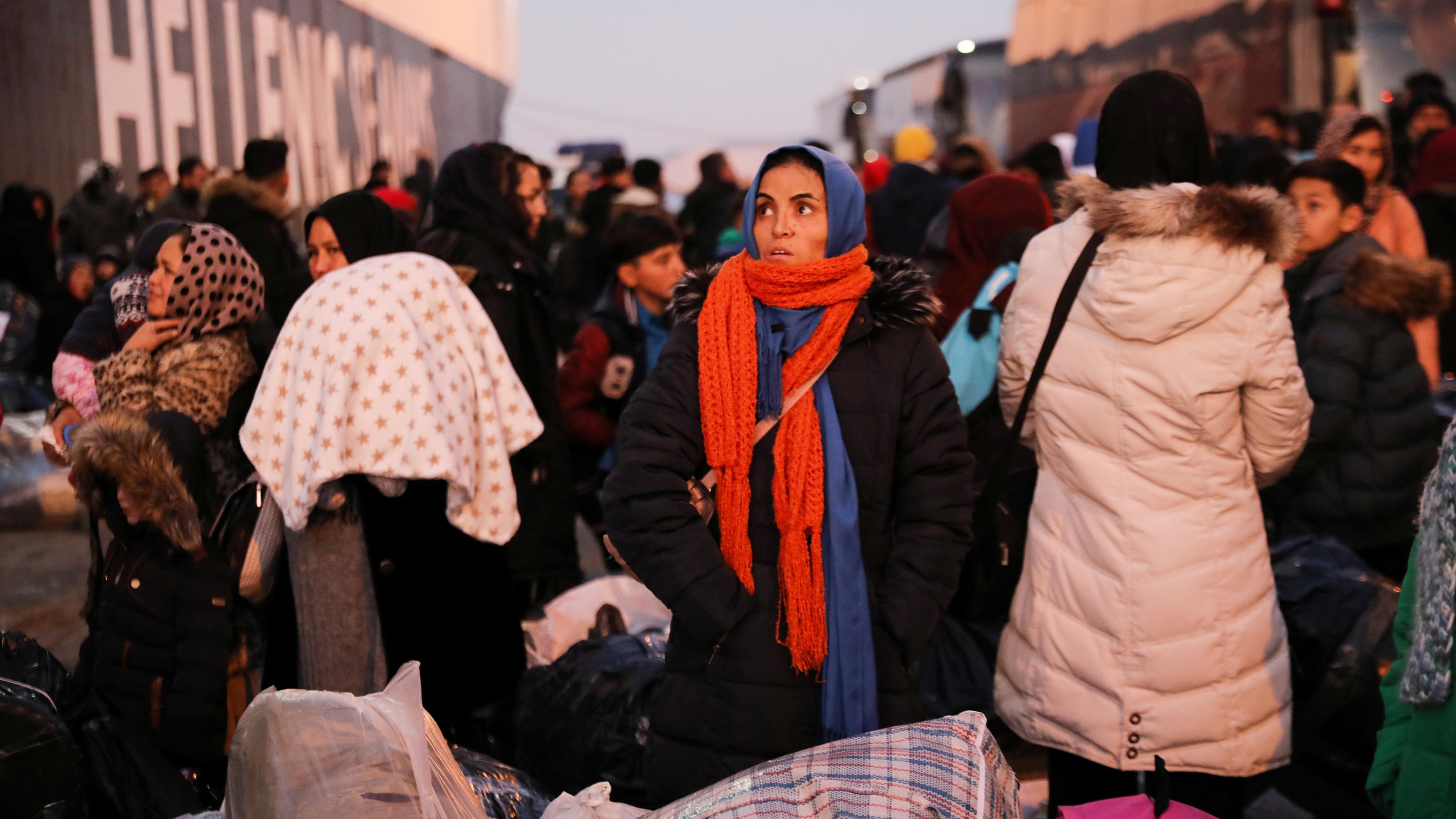 Griechenland: Sie haben die Insel Lesbos inzwischen verlassen: Flüchtlinge im Hafen von Piräus, wo sie auf das weitere Vorgehen der Behörden warten.