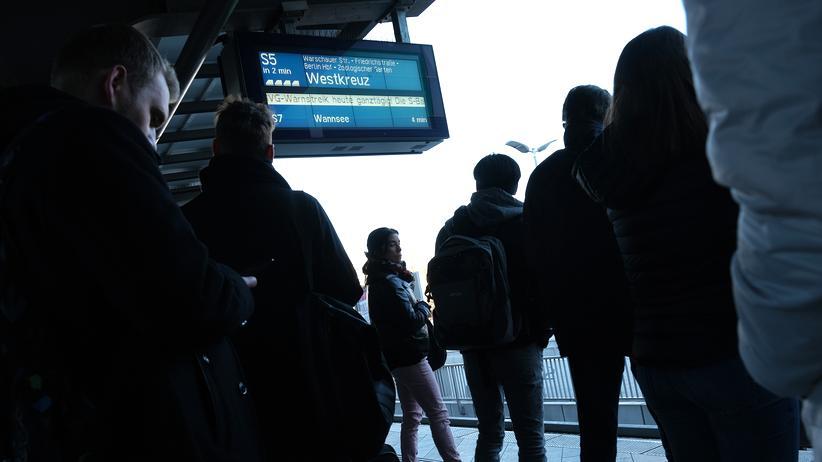 Arbeitsweg: Pendler warten auf einen Zug an der Station Ostkreuz in Berlin.