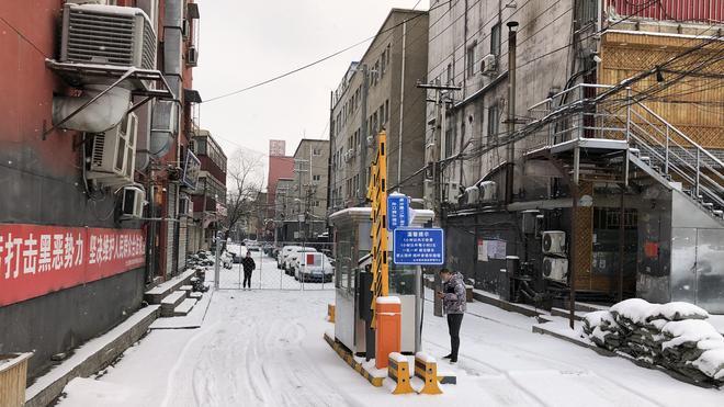 Coronavirus in Peking: Kaum jemand auf der Straße, abgesperrte Wohnblöcke: In Beiqijia, einem nördlichen Randbezirk von Peking. In dem Viertel wohnen viele Wanderarbeiter.
