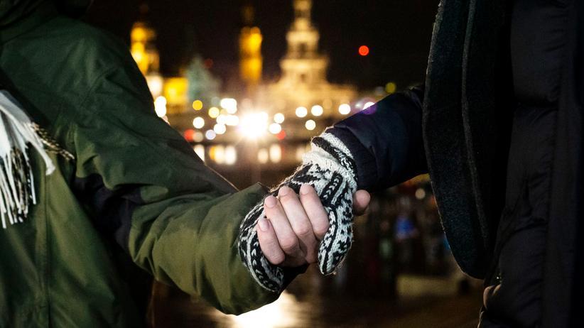 13. Februar in Dresden: Jährlich fassen sich die Dresdnerinnen und Dresdner an den Händen und bilden eine Menschenkette um die Altstadt.