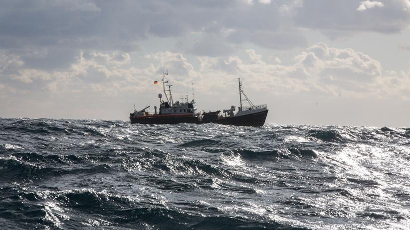 """Migration: Das Rettungsschiff """"Professor Albrecht Penck"""" unter deutscher Flagge bringt 13 Migranten an die maltesische Küste."""