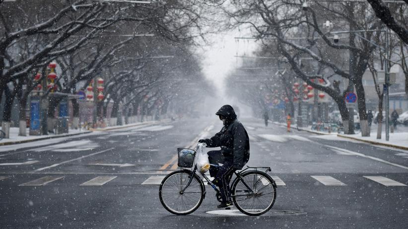 Coronavirus in Peking: Ausgestorbene Straße am Mittwoch in Pekings Innenstadt