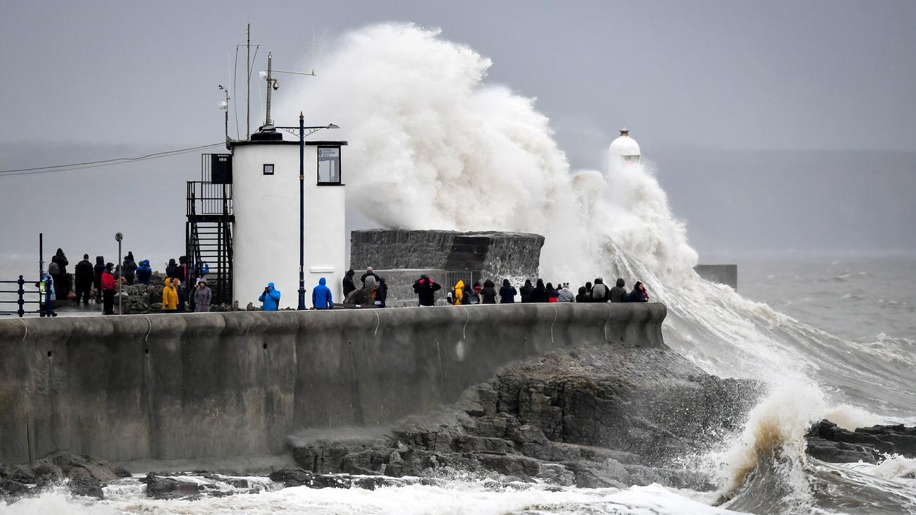 """Unwetter : Sturm """"Dennis"""" wütet über England"""