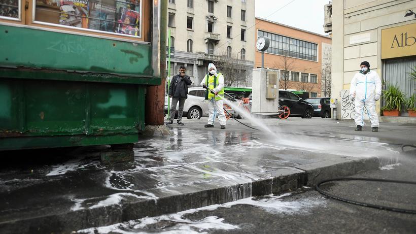 Coronavirus in Italien: In Mailand werden die Straßen vor dem Hauptbahnhof gereinigt.