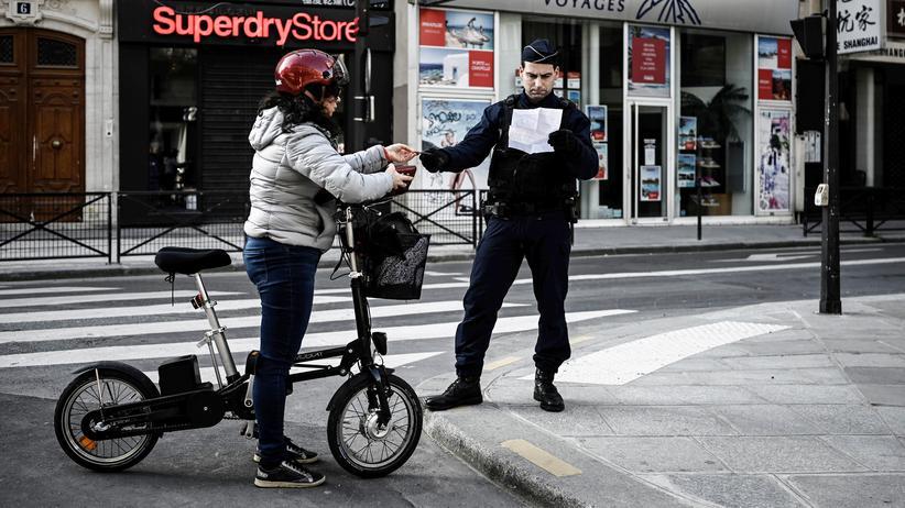 Corona-Überblick: Polizeikontrolle einer Bewohnerin in Paris, wo man mit Strafe rechnen muss, wenn man wegen der Corona-Krise unbegründet das Haus verlässt
