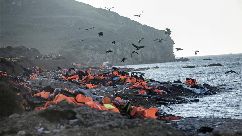 Flucht: Nach der Überfahrt zurückgelassen: Schwimmwesten an der Küste der griechischen Insel Lesbos