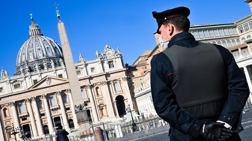 Vatikan: Ein Polizist auf dem leeren Petersplatz in Rom