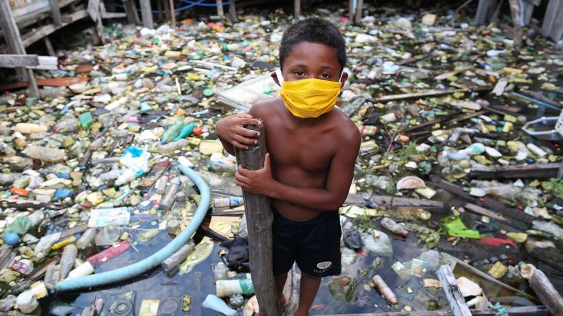Corona-Krise: Zum Schutz vor dem Virus trägt dieser Junge aus Manaus eine Maske; mehr Infizierte als in Brasilien gibt es nur in den USA.
