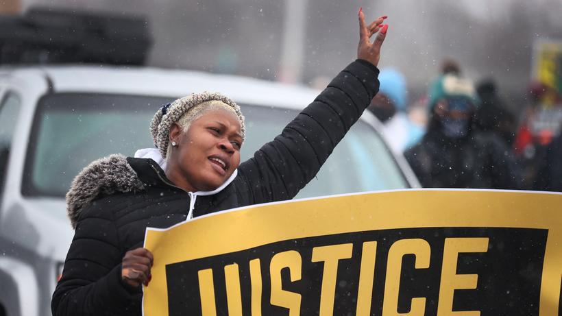Demonstrantin fordert Gerechtigkeit für Daunte Wright
