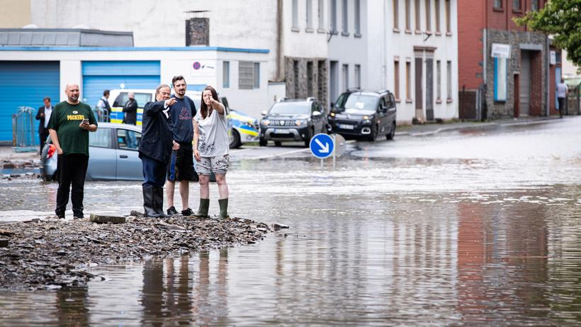 Wahlkampf zu Krisenzeiten: Der Regierungschef lässt sich die Katastrophe zeigen: Kanzlerkandidat und NRW-Ministerpräsident Armin Laschet in Altena.