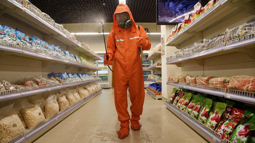 Nordkorea: Ein Mann desinfiziert einen Supermarkt in der nordkoreanischen Hauptstadt Pjöngjang gegen das Coronavirus.