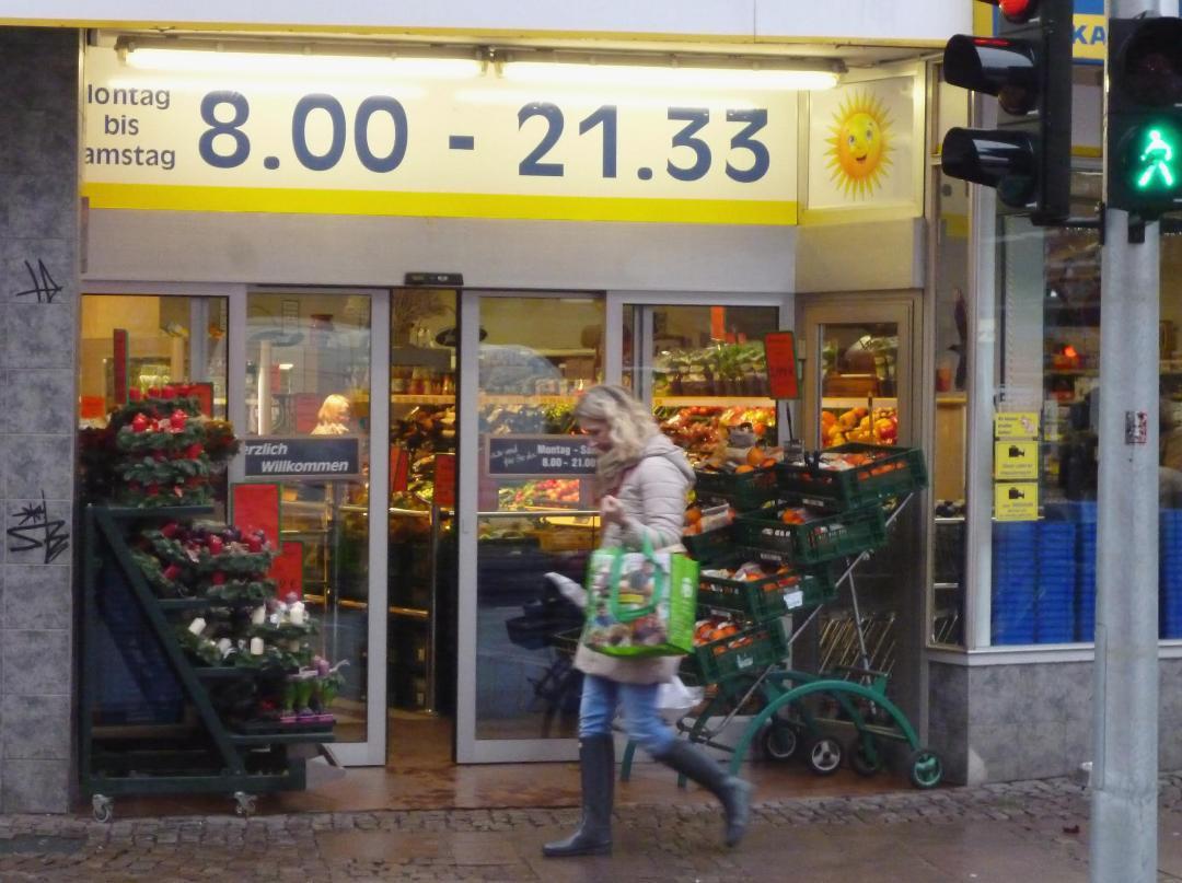 Der Supermarkt am Winterhuder Marktplatz gewährt den Last-minute-Einkäufern noch eine kleine Gnadenfrist