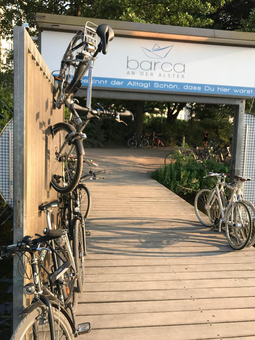 Bei Sommerwetter werden die Fahrrad-Parkplätze am Bootssteg knapp. Aber auch der Hamburger Radfahrer kann kreativ parken.