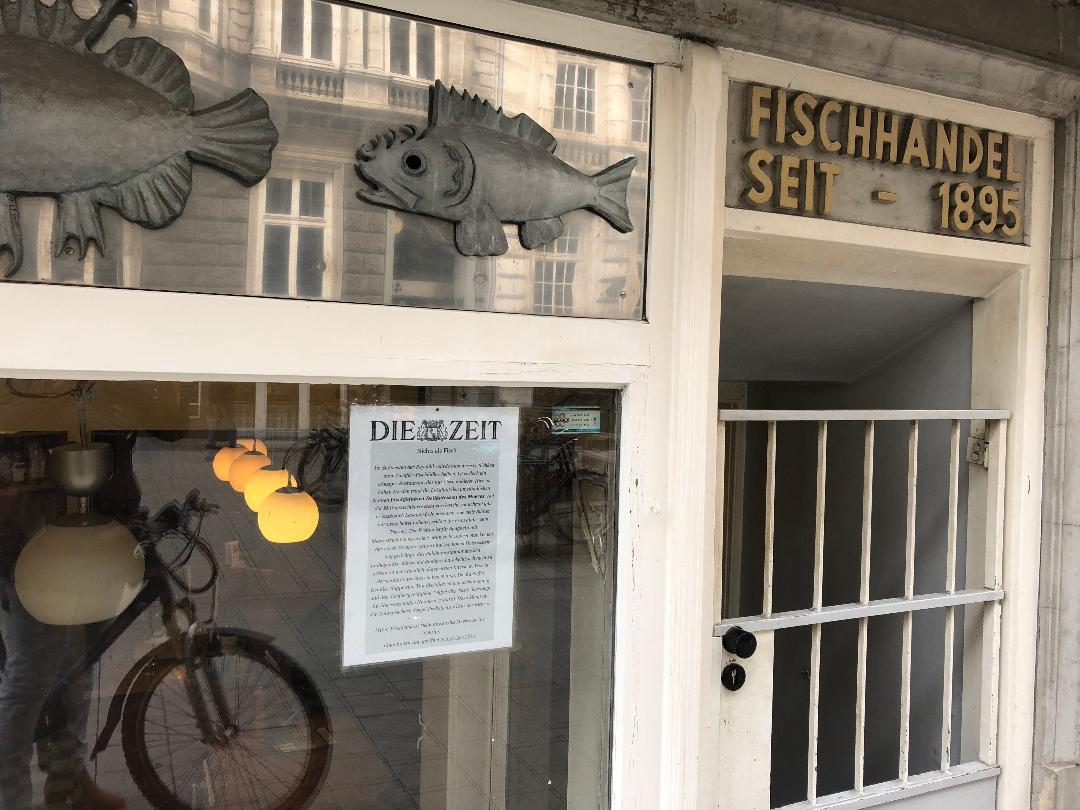 Das Foto stammt von »Fischfeinkost Delikatessen des Meeres« in den Colonnaden 104. Dieses kleine, feine Restaurant haben wir vor einiger Zeit mit lobenden Worten in der Rubrik »Mittagstisch« vorgestellt. Und diese Vorstellung hängt nun als Werbung am Schaufenster. Das wird wiederum in unserem Newsletter gezeigt. Elbverschachtelung.