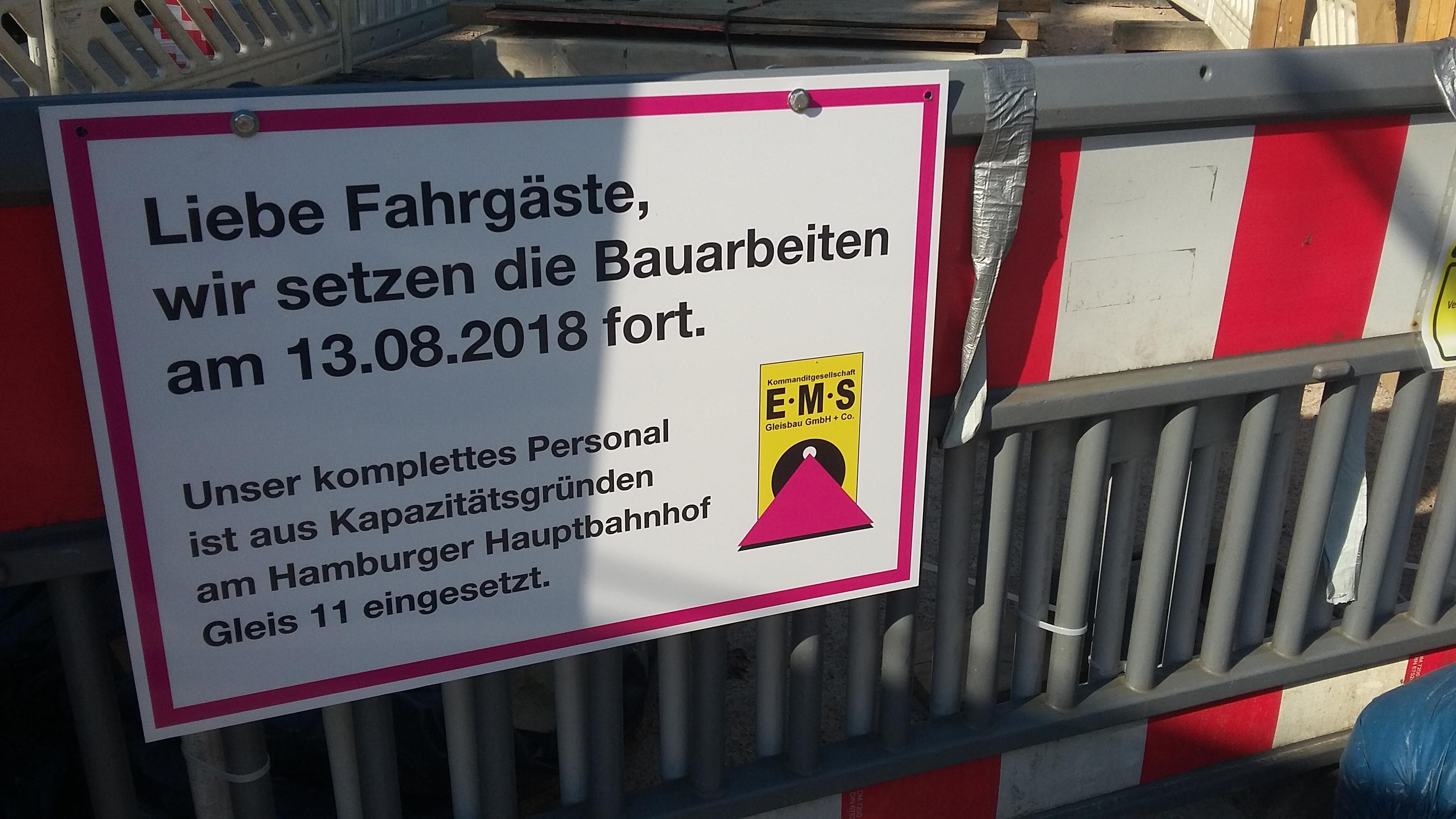 Nicht nur die Pendler aus dem Süden leiden unter dem Baustellen-Chaos am Hauptbahnhof. Dieses Schild steht seit zwei Wochen an der Baustelle der S-Bahn in Wellingsbüttel. Dort versucht die Bahn seit zwei Jahren, einen Fahrstuhl einzubauen. Und da sage noch einer, die Bahn würde nicht alles geben!