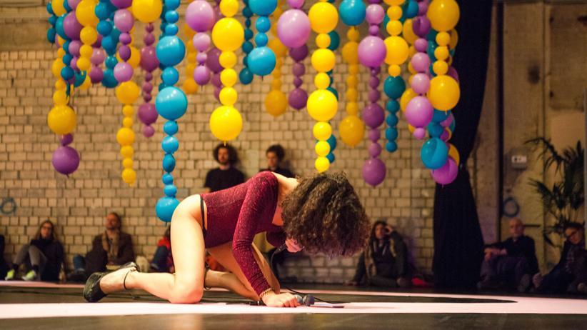 Queer: Die Performance-Künstlerin Mavi Veloso nutzt ihre Stimme als Machtmittel und transformatives Element – sie steht bei der Queer B-Cademy auf der Bühne.
