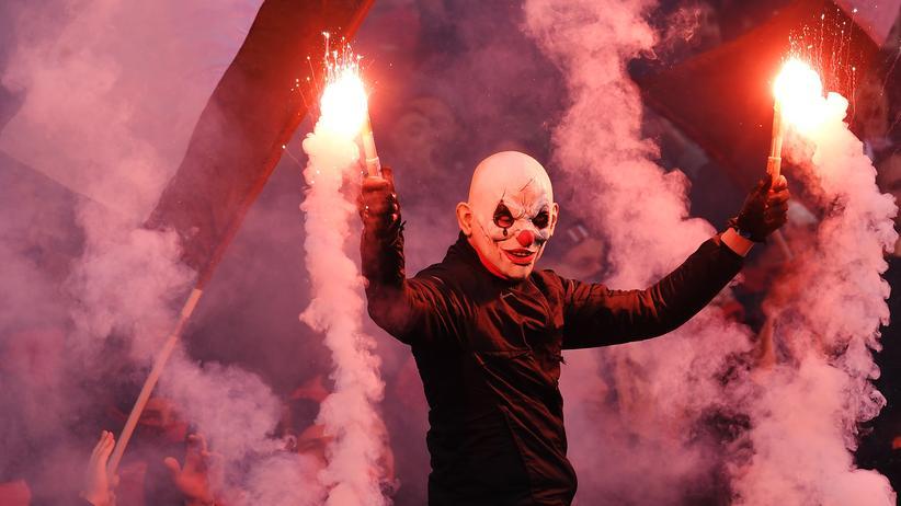 FC St. Pauli: Wegen der Pyrotechnik musste das Derby gegen den HSV mehrmals unterbrochen werden.