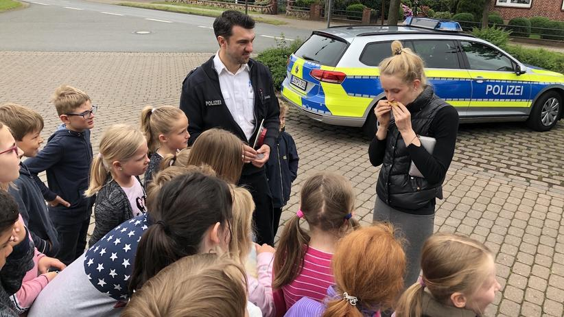 Verkehrssicherheit: Zitrone statt Geldbuße: Zweitklässler im niedersächsischen Bardowick stellen eine junge Autofahrerin zur Rede