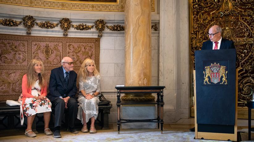 NS-Zeit: Wilhelm Simonsohn mit seinen Töchtern bei der Verleihung des Bundesverdienstkreuzes durch Hamburgs Schulsenator Ties Rabe
