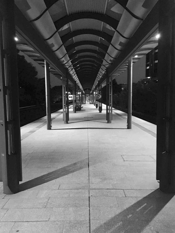 Beeindruckend durch Seltenheitswert: Ein leerer Bahnhof (Dammtor, 22 Uhr)