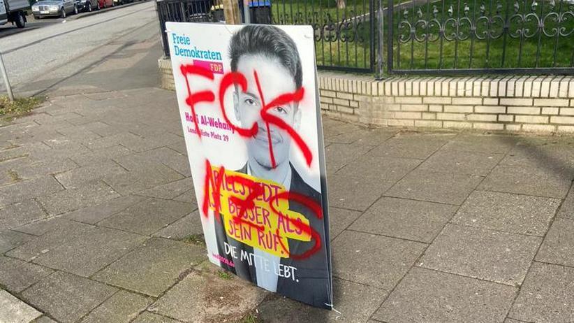 """Bürgerschaftswahl in Hamburg: """"Es ist es kein politischer Meinungsaustausch, wenn jemand """"Nazi!"""" auf ein Plakat kritzelt"""", sagt Hadi Al-Wehaily. Ihm ist dies gleich mehrfach passiert."""