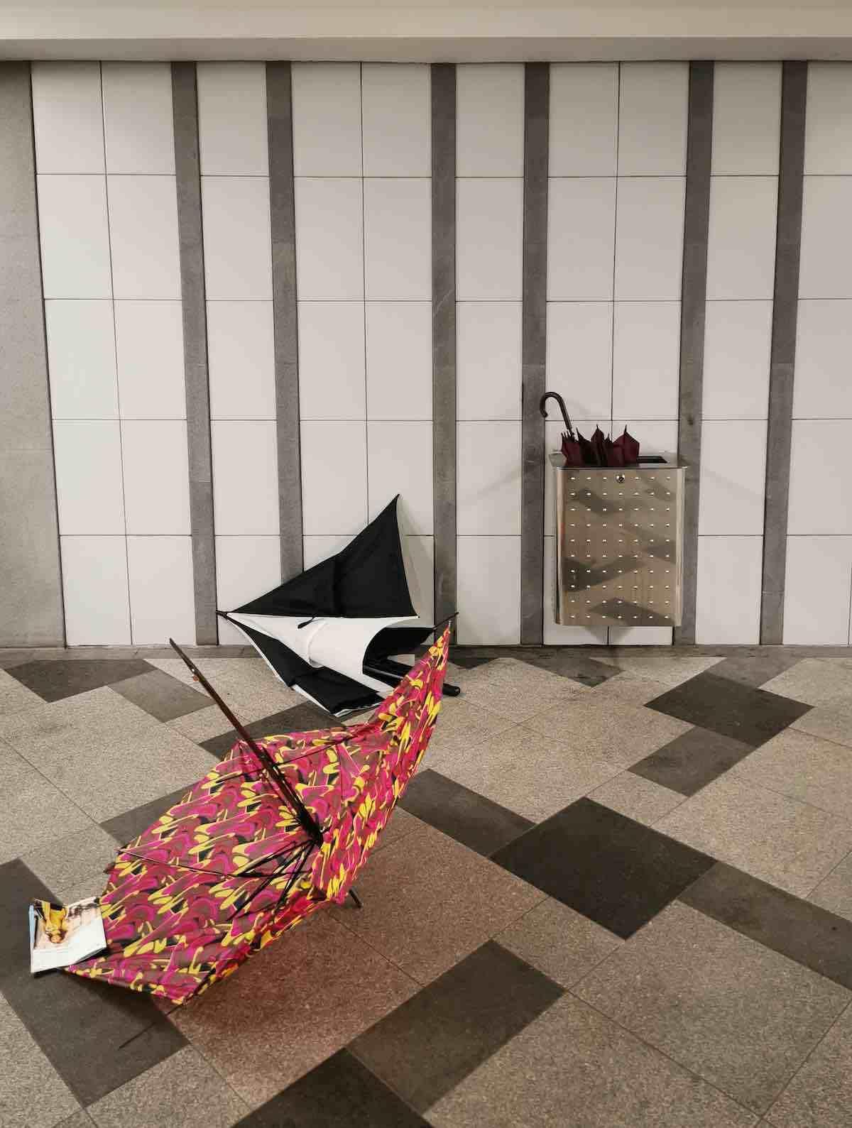 Ein harter Tag für Regenschirme (gesehen an der U-Bahn-Haltestelle Wandsbek Markt)
