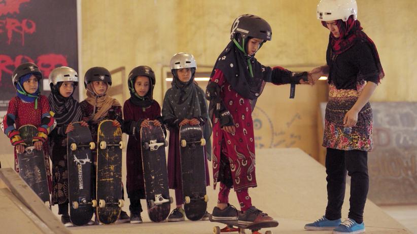 """""""Learning to Skateboard in a Warzone"""": In einer Schule in Kabul lernen Mädchen Lesen, Schreiben, Rechnen – und Skateboard fahren, um Selbstvertrauen aufzubauen."""