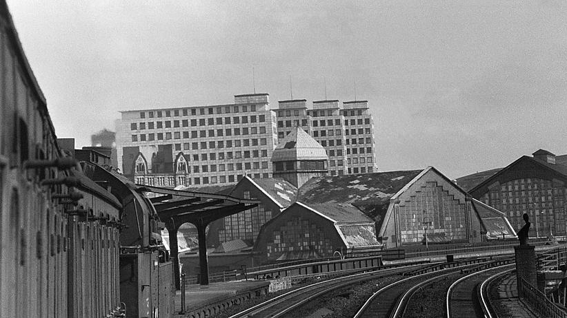 City-Hof: Vorn Hauptbahnhofsgebäude aus der Kaiserzeit, hinten die neuen Hochhäuser, aufgenommen Ende der Fünfzigerjahre. Wenn die Scheiben verschwinden, sind die Sichtachsen zu den Kontorhäusern zugestellt.