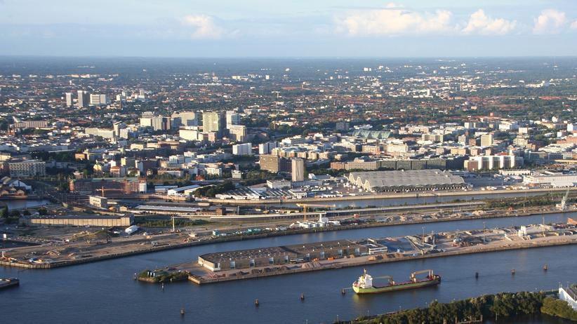 Flüchtlingsunterkünfte: Am Hamburger Baakenhafen (vorn, Foto von 2010) werden jetzt Wohnungen gebaut; dahinter die Großmarkthallen mit ihren geschwungenen Dächern, oben links die Mundsburg-Hochhäuser in Barmbek.