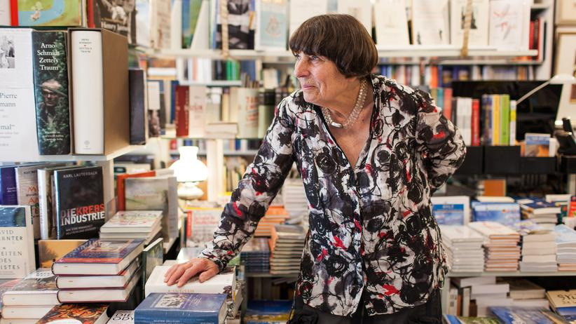 Hildegard Schwarz in ihrer Büchertruhe