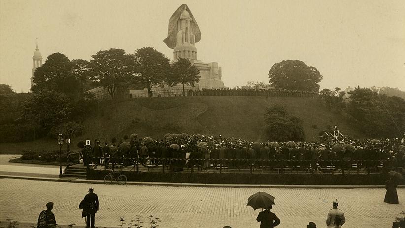 Bismarck-Denkmal: Am 2. Juni 1906 hat es in Hamburg geregnet. Der Fotograf Georg Koppmann hielt an diesem Tag die Enthüllungsfeier des Bismarck-Denkmals fest.