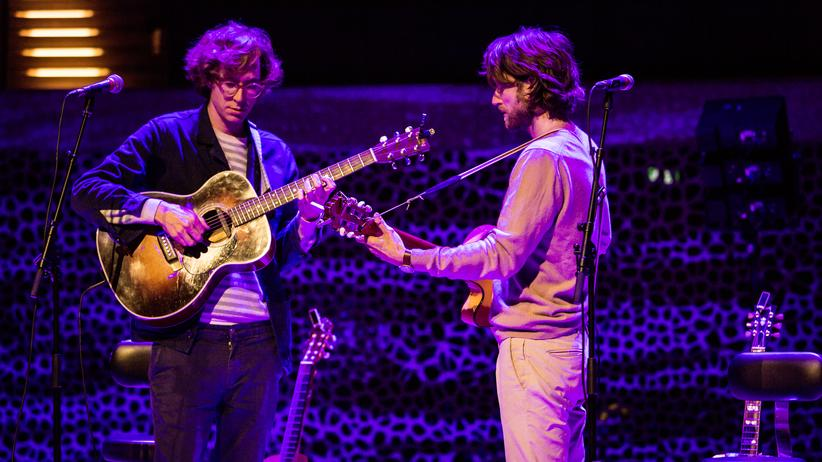 Kings Of Convenience: Die Musiker Erlend Øye (links) und Eirik Glambek Bøe in der Elbphilharmonie