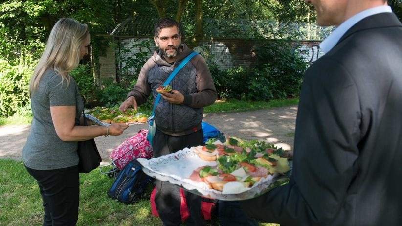 Osteinwanderer: Der rumänische Einwanderer Christian wird von seinem Zeltplatz vertrieben und bekommt von Behördenmitarbeitern belegte Brötchen.