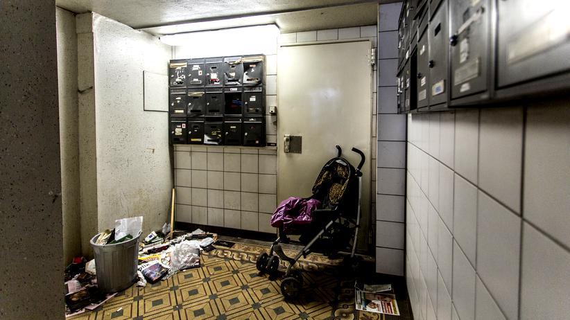 Wohnungsleerstand: Verdreckter Hausflur in einer Basner-Immobilie