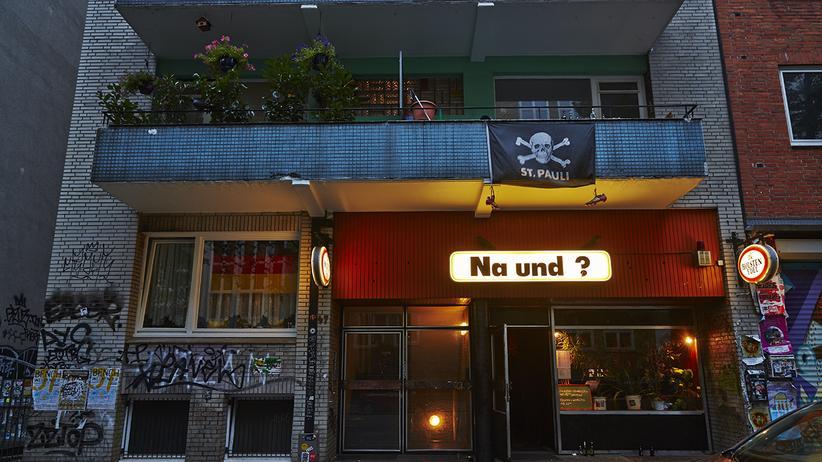 Na Und?: Vor dem Na und? in Hamburg.