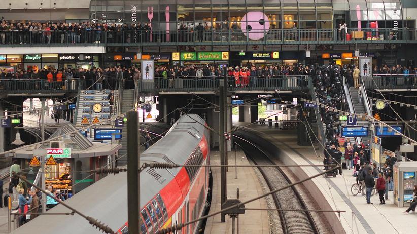 Der Hamburger Hauptbahnhof am Samstag: Tausende Gegendemonstranten erwarten die Rechtsradikalen.