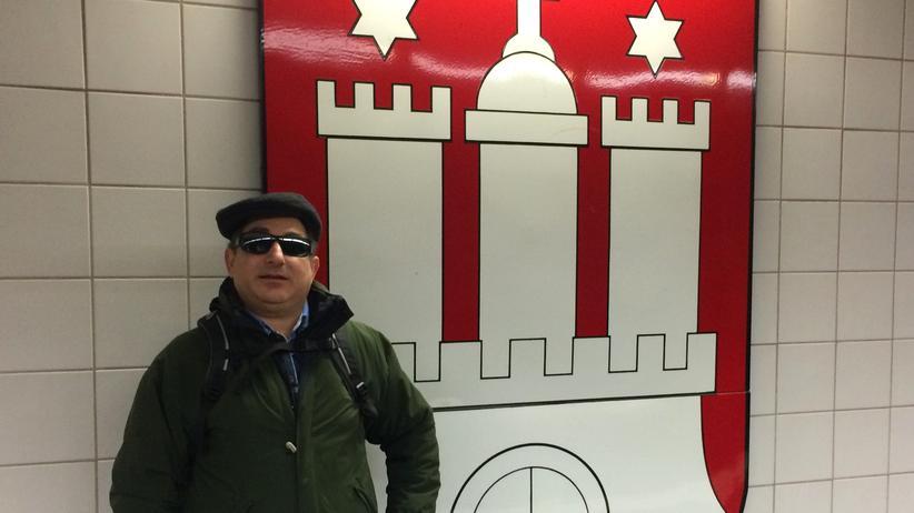 Blindheit: Das Wappen vom U-Bahn-Steig kauft Azad Abramov später in Magnetform.
