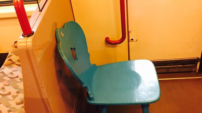 """Meine Überlegungen: als hätte sich ein Bayer (oder Österreicher? Ist das da ein kleines Edelweiss auf der Lehne?) gedacht """"na sicher ist sicher, nachher kriege ich da keinen Sitzplatz..."""" Vielleicht auch für die Bundesbahn gar nicht doof??"""