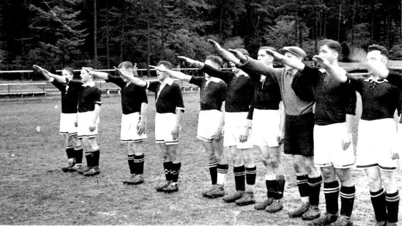 Fußballspieler des Harburger Turnerbunds nach einem Spiel, ca. 1935
