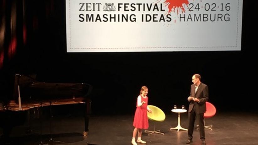 Ein magischer Moment. Hier sehen wir Alma Deutscher, ein Mädchen aus England, das zehn Jahre alt ist und auf dem ZEIT-FESTIVAL Smashing Ideas Klavier und Geige spielte sowie aus ihrer selbst komponierten Oper sang – unglaublich, diese Begabung! Mit ihr im Bild ist ZEIT-Redakteur Uwe Jean Heuser, unter dessen redaktioneller Federführung die Ideenkonferenz zum ersten Mal stattfand. Auch dabei waren unter anderem der österreichische Autor Clemens J. Setz, der Wirtschaftswissenschaftler Armin Falk, die beiden Jazzmusiker Michael Wollny und Klaus Doldinger, Jung-von-Matt-Geschäftsführer Jens Pfau sowie Pascal Finette von der Singularity University. Und alle, Besucher wie Kollegen, waren so begeistert, dass man vermuten kann: Das machen wir wieder.
