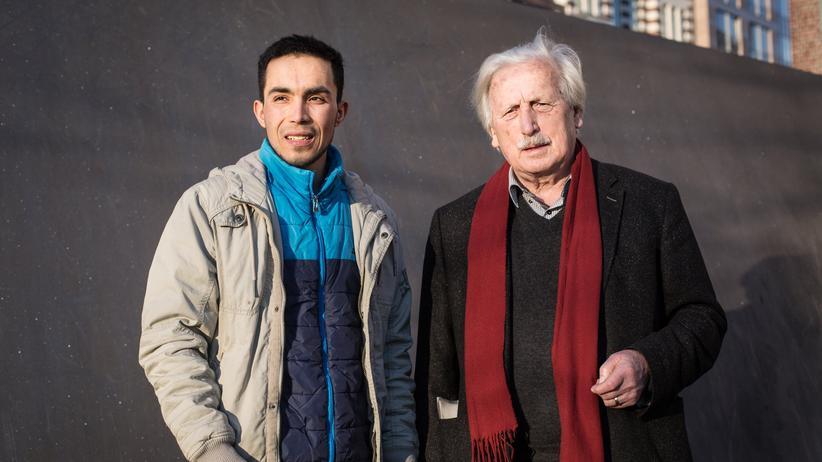 Flucht: Mbarak Naami (l.), 19, macht zurzeit ein Praktikum als Zimmermann. Er wohnt in Osdorf. Arno Surminski (r.), gelernter Anwaltsgehilfe, schrieb zahlreiche Bücher über das Schicksal der Vertriebenen. Er lebt heute in Barmbek.