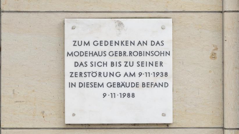 Gedenken: 1 Gedenktafel zum Kristallnacht-Pogrom, Schleusenbrücke