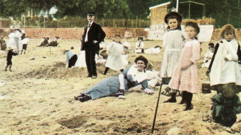 Oevelgönne: Die Herren in schwarzen Anzügen, die Damen in knöchellangen Kleidern: Um 1900 ging es am Elbstrand noch prüde zu.
