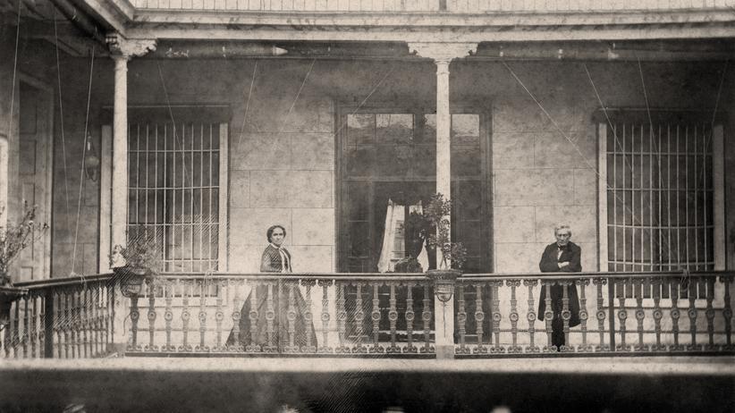 Kolonialismus: Heinrich Witt mit seiner Frau in den 1860er Jahren auf der Galerie ihres Hauses in Lima