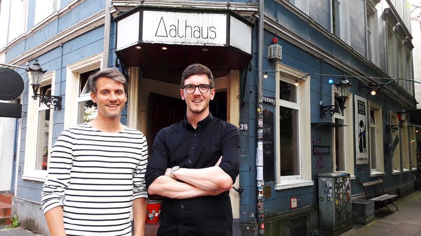 Kneipenquiz: Darren Grundorf und Tom Zimmermann (rechts) organisieren und präsentieren seit fünf Jahren ein Quiz in der Altonaer Kneipe Aalhaus.